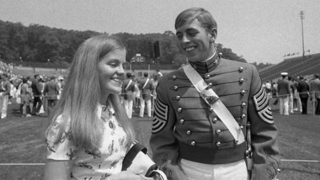 14-petraeus-and-wife-flashback