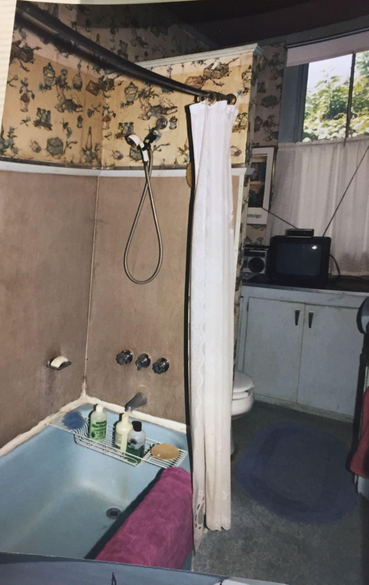 07-Adams-childhood-bathroom.jpg