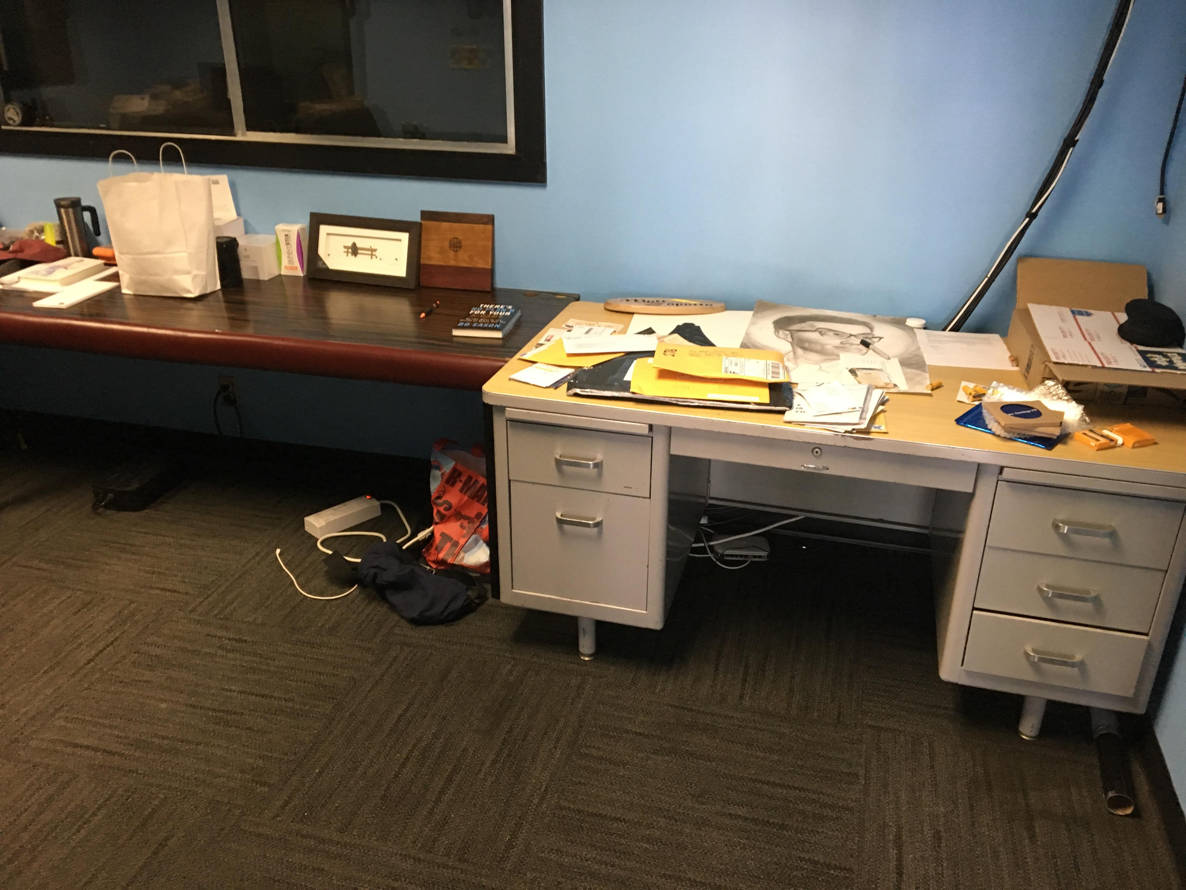 02-Unorganized-Office-2