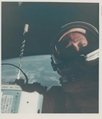 05-Astronaut-Selfie